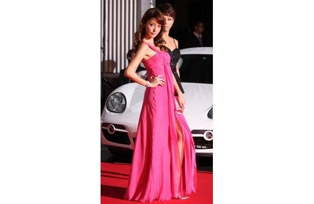 藤井リナが大胆なスリットのドレスで、美しい足をチラ見せ