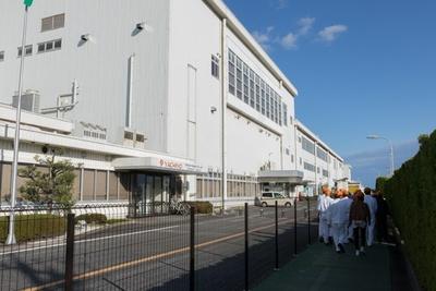 生産する工場母屋へは徒歩で移動。工場は二階建てだ