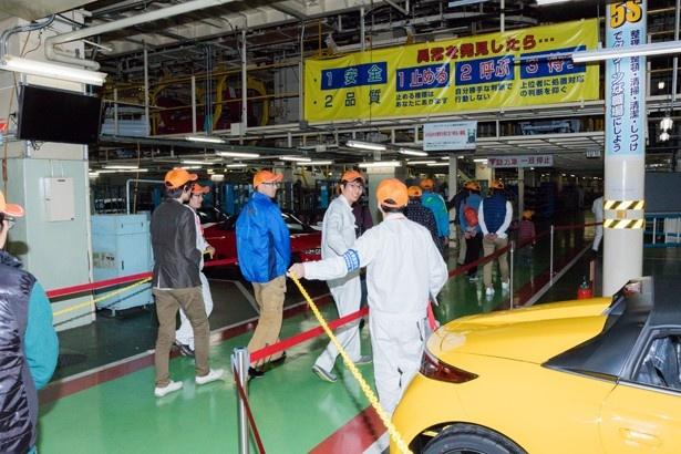 工場の中を歩く参加者