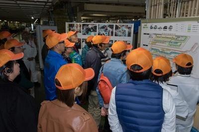 工場内でラインの説明を受ける参加者
