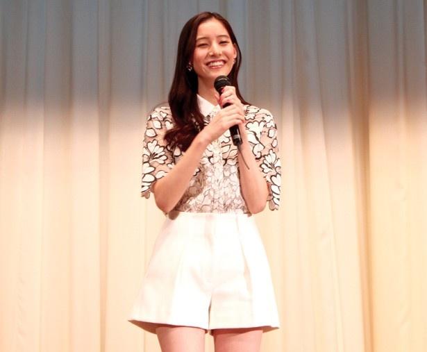 笑顔でクリスマスのエピソードなどを語った、ヒロイン役の新木優子