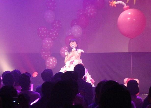 元モー娘。リーダー・道重さゆみをイメージしたというドレスで、ソロ歌唱!