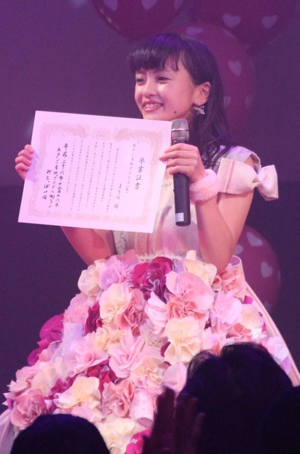 卒業証書を手に笑顔!
