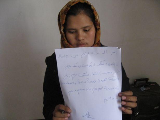 識字クラスで学習することができた、アフガニスタンのファテマさん。