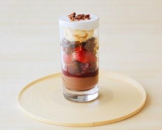 TORAYA CAFÉ あんとチョコレートを使用したバレンタインメニュー発売「カカオとベリーのパフェ」(1100円)