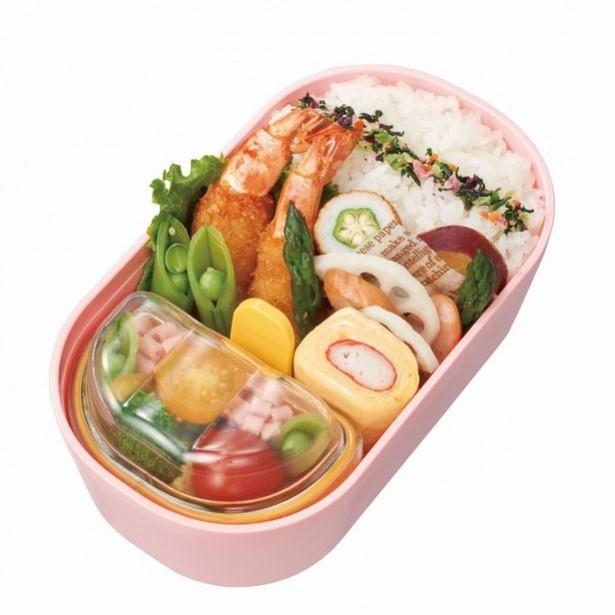 手前のフタつき容器が「中子(なかご)」。汁けの多いおかずや、サラダやフルーツを入れて