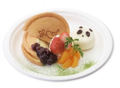 抹茶で仕上げた和風テイストの「パンダ雪見だいふく × ワッフル」(690円)