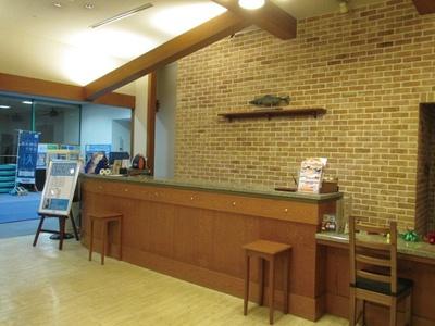 りんくうタウン駅直結のクラブゲートタワーの7階にあり、施設内はカナダのログハウスをイメージ