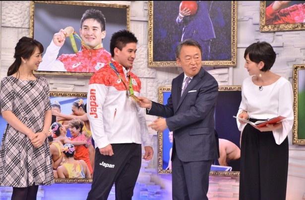 【写真を見る】スタジオには、リオオリンピック柔道男子90キロ級金メダリスト・ベイカー茉秋も登場!