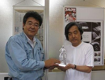 入曽精密・斎藤社長(左)と大河原邦男さん(右)