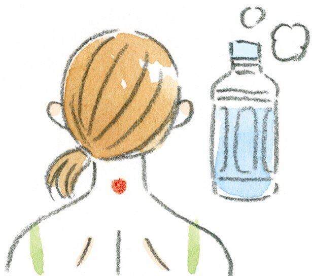 冷え解消のツボ「大椎」は首の後ろ。「ペットボトル温灸」でやさしく温めて