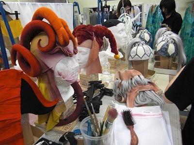 石膏型にはめてアーティストの頭にフィットさせるかつらや被りものを作っているのもワードローブ