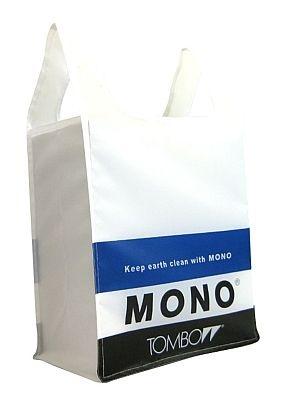 トンボ鉛筆「MONO」消しゴムとのコラボバッグ。スーパー用は高さ55×幅29×底マチ15cm、コンビニ用は高さ45×幅27.5×底マチ15cmで展開