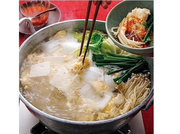 白菜、豆腐、えのきたけ…と、材料自体は和風の鍋とほぼ同じ。いつもの鍋に飽きたら、チムチュム鍋にしてみては?