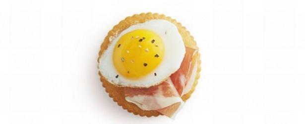 【写真を見る】うずらの目玉焼き+生ハム。作るのは手軽なのに、その可愛さは最高潮