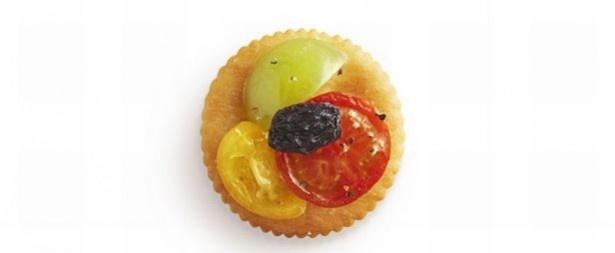 プチトマトのマリネとドライフルーツ。トマトは3色使って、彩よく仕上げよう。