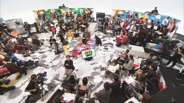 【写真を見る】スタジオには100人の障害者が集結!