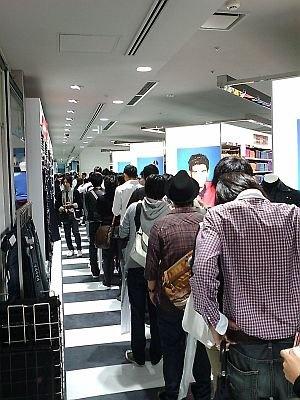 """なんと店内に「+J」の""""購入待ち""""の大行列が!"""