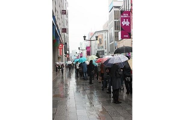雨の中、開店15分前には300人を超える行列が!