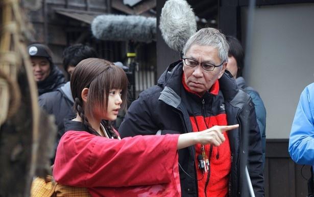 【写真を見る】現場で話し合う、三池崇史監督と杉咲