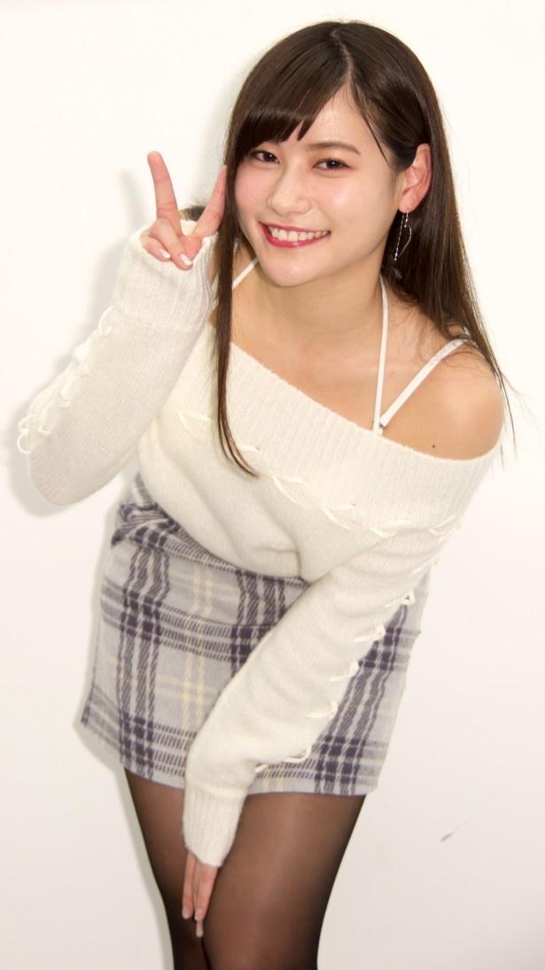 【写真を見る】肩を大きく露出した白の衣装で登場