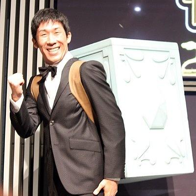 秋葉原で開催される「TAMASHII NATION 2009 Autumn」の発表会に登場した麒麟の2人。田村さんは実物大の「1/1ペガサスクロスボックス」を背負っておおはしゃぎ
