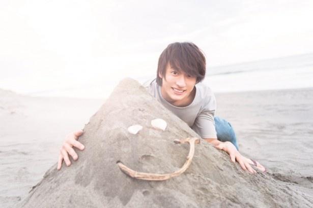 好奇心旺盛な小関が、海で砂山をつくったショットも!