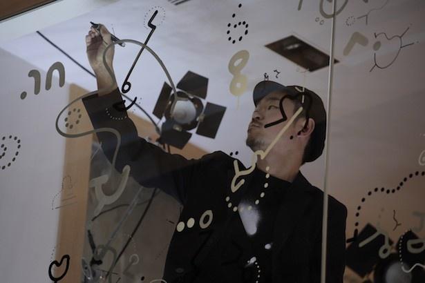 【写真を見る】JINS三宮店にて、鈴木氏によるライブ  ドローイングを実施