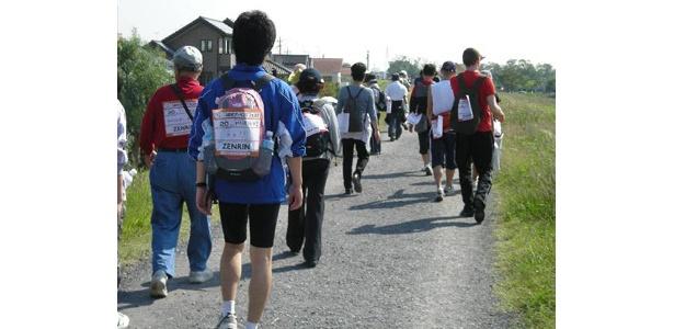 参加者はゼッケンをつけて歩く