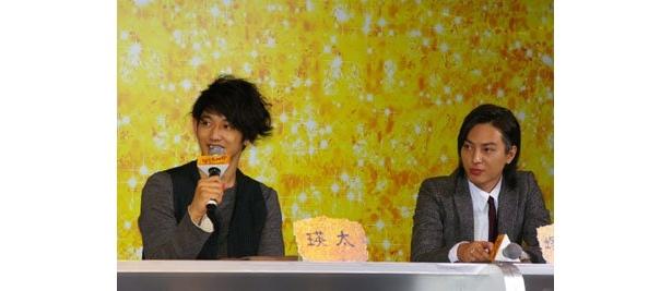 芸のない人気だけのお笑い芸人コンビを演じた塚本と瑛太は初共演