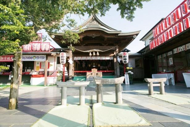 粟嶋神社(熊本県・宇土市)。鳥居は神殿に向かってくぐる。「腰のべ鳥居」とも呼ばれ、婦人病や無病息災などの平癒にもよいとされる