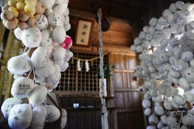 潮神社(熊本県・湯前町)。本殿には「奉納おっぱい」がズラリと並ぶ不思議な光景が広がる。安産祈願や子供の健康を祈り、供えられる