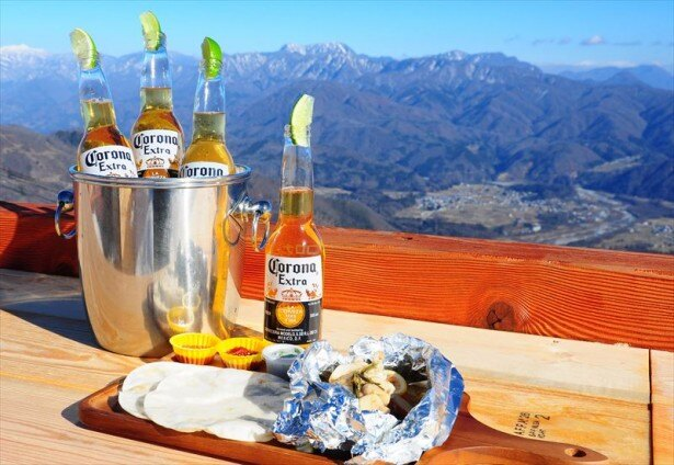 標高1400メートルの絶景テラスでコロナビールを楽しめる