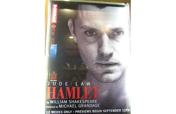 舞台「ハムレット」ポスターは、NYの街のあちこちにも