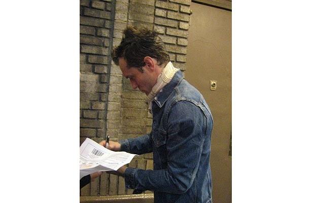 舞台「ハムレット」で出待ちファンにサインするジュード