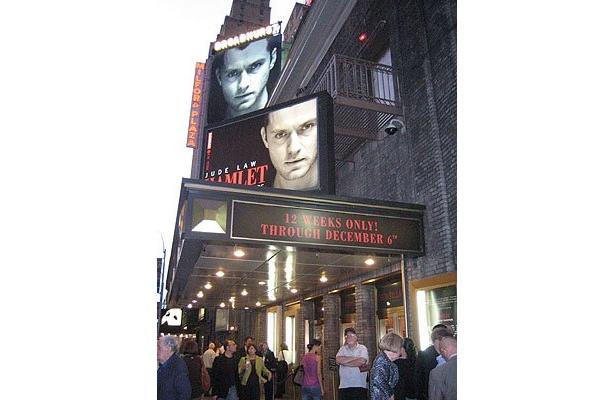 ブロードウェイにあるブロードハースト劇場前。公演1時間前から、ジュードを見ようと行列
