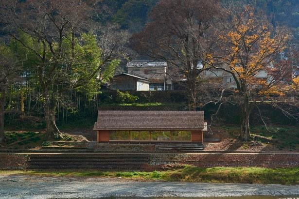 吉野町の緑豊かな風景に溶け込むように建つ「吉野杉の家」