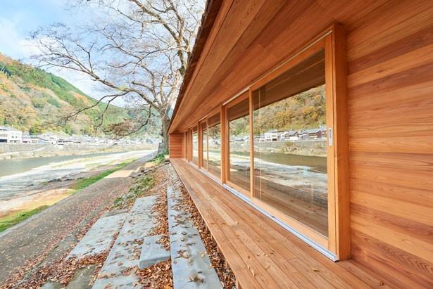 吉野川沿いの自然を堪能しながら滞在できるのが魅力