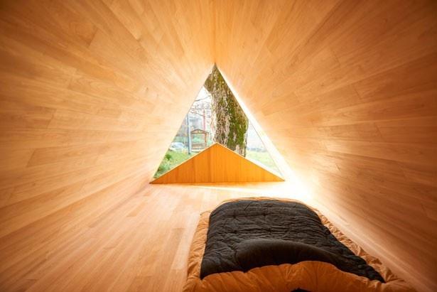 2階の寝室は、シンプルな作りながらも光り溢れる開放的な空間