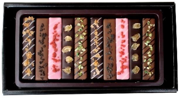 3種類のチョコレートにドライフルーツやクッキー、ナッツをトッピングした「スティックショコラアソート」(1000円)