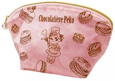 パティシエペコとマカロンをデザインしたポーチに、チョコレート5枚を入れた「ペコスイーツポーチ」(900円)