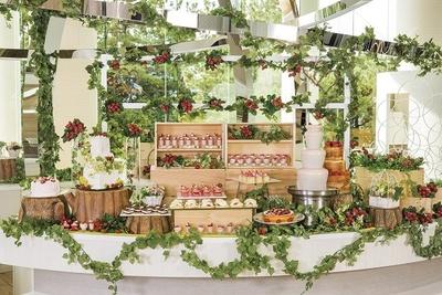 【写真を見る】いちご畑をイメージしたデザートブッフェ