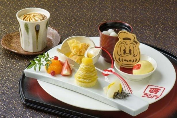 【写真を見る】ドナルドがかわいい!東京ディズニーランドホテル「ドリーマーズ・ラウンジ」の「デザートセット」(1800円)