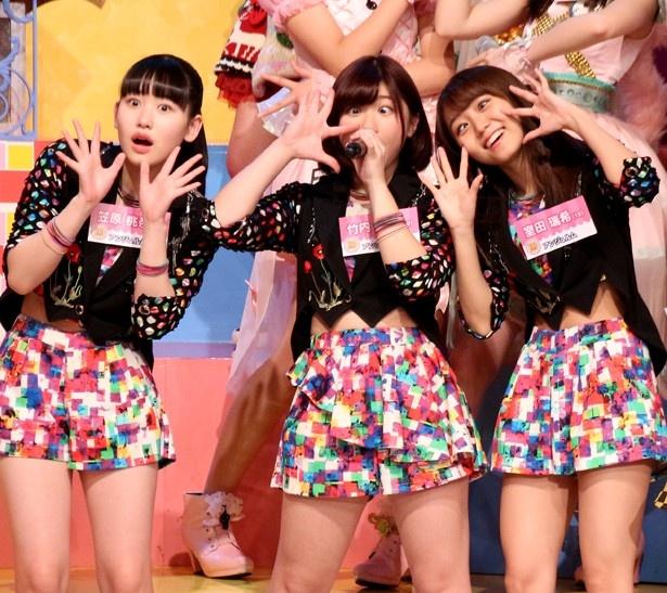 【写真を見る】出演アイドル全員で披露する「LOVEマシーン」では、変顔ショットも公開!