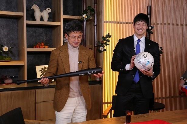 【写真を見る】お互いにサッカーボールとバットを交換し合った2人。とってもうれしそう!