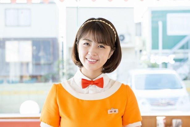 【写真を見る】Eカップグラビアアイドル・柳ゆり菜のレトロなウェイトレス姿がキュート!