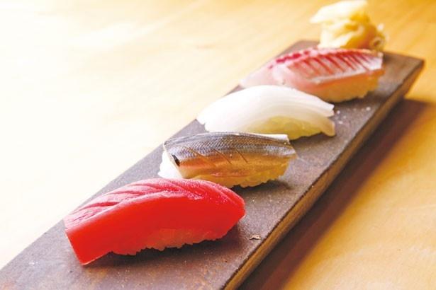 旨味のバランスが絶妙な「本まぐろの赤身」(200円・手前)など。握り寿司は1貫100円~/鮨ひでぞう