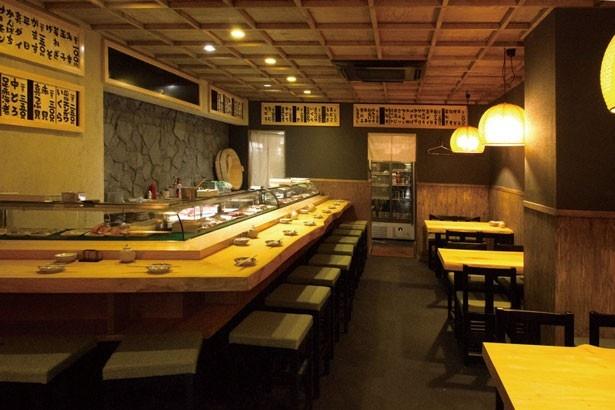 【写真を見る】昔のお寿司屋さんをイメージした店内は、木目柄を基調とした、モダンでゆっくり落ち着ける雰囲気/鮨ひでぞう
