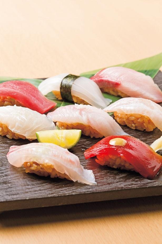 マグロやヒラメの昆布締めなど全8貫の盛り合わせがのった「熟成鮨盛り」(1706円)/中権丸