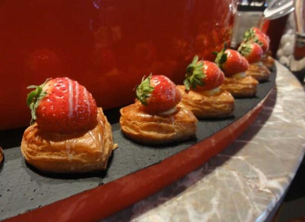 ハート形がかわいい苺のデニッシュなどパン類も並ぶ